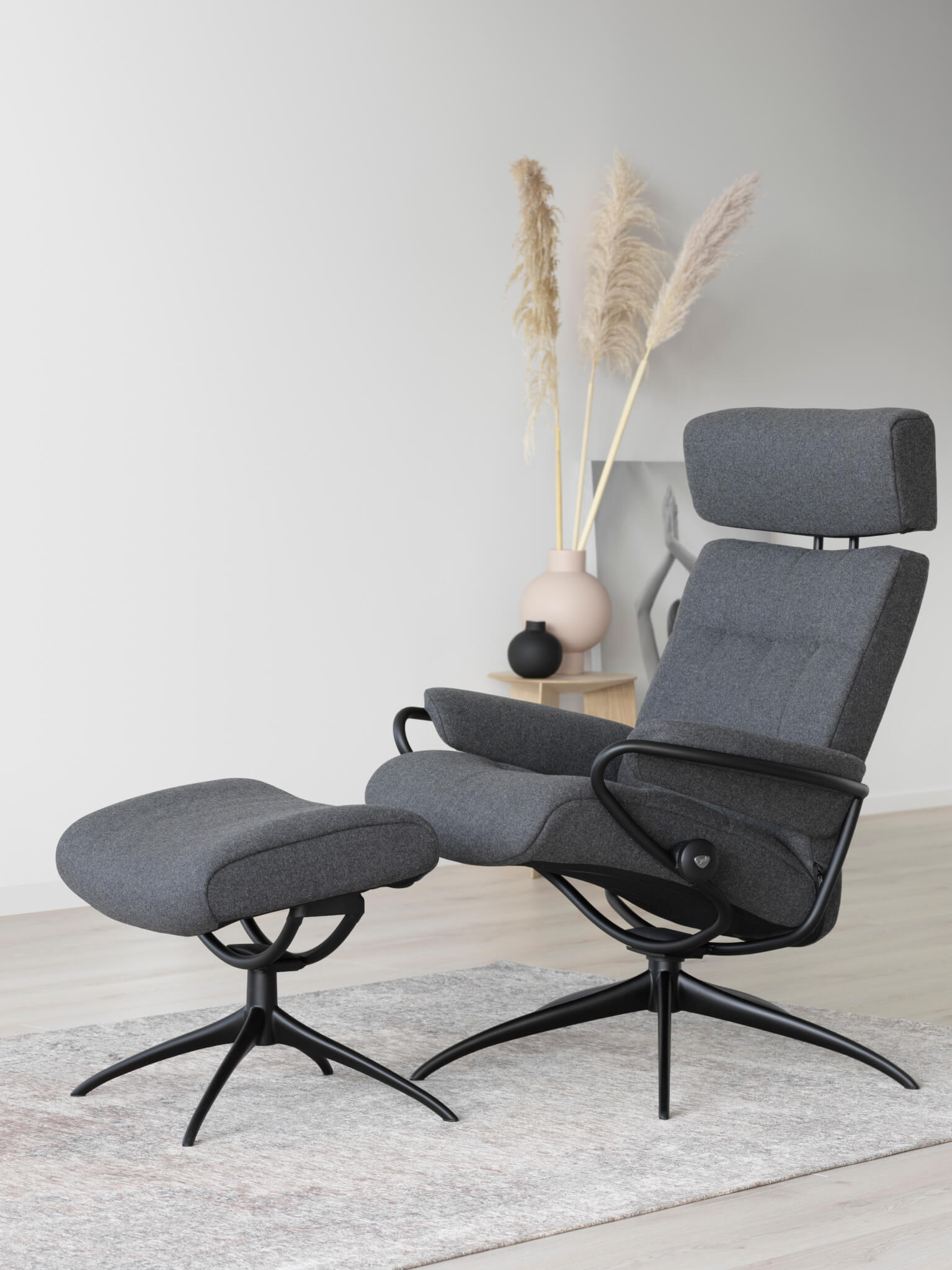 Stressless_London_Low_with headrest_Calido Dark Grey_Black_0045