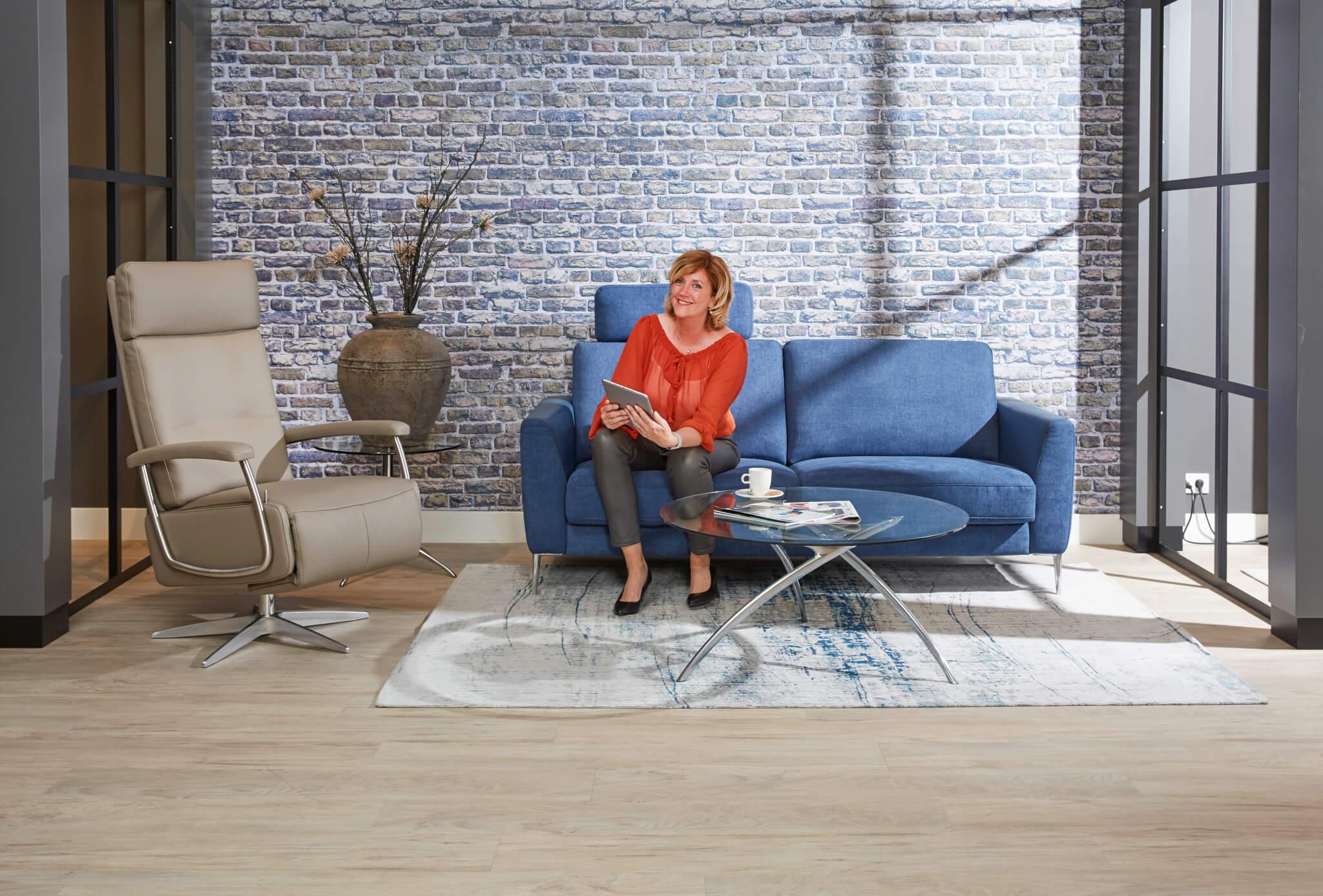 Blauwe bank showroom met model 12