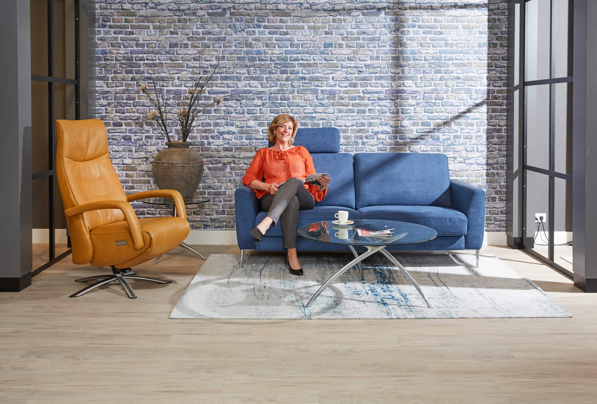 Blauwe bank showroom met model 1