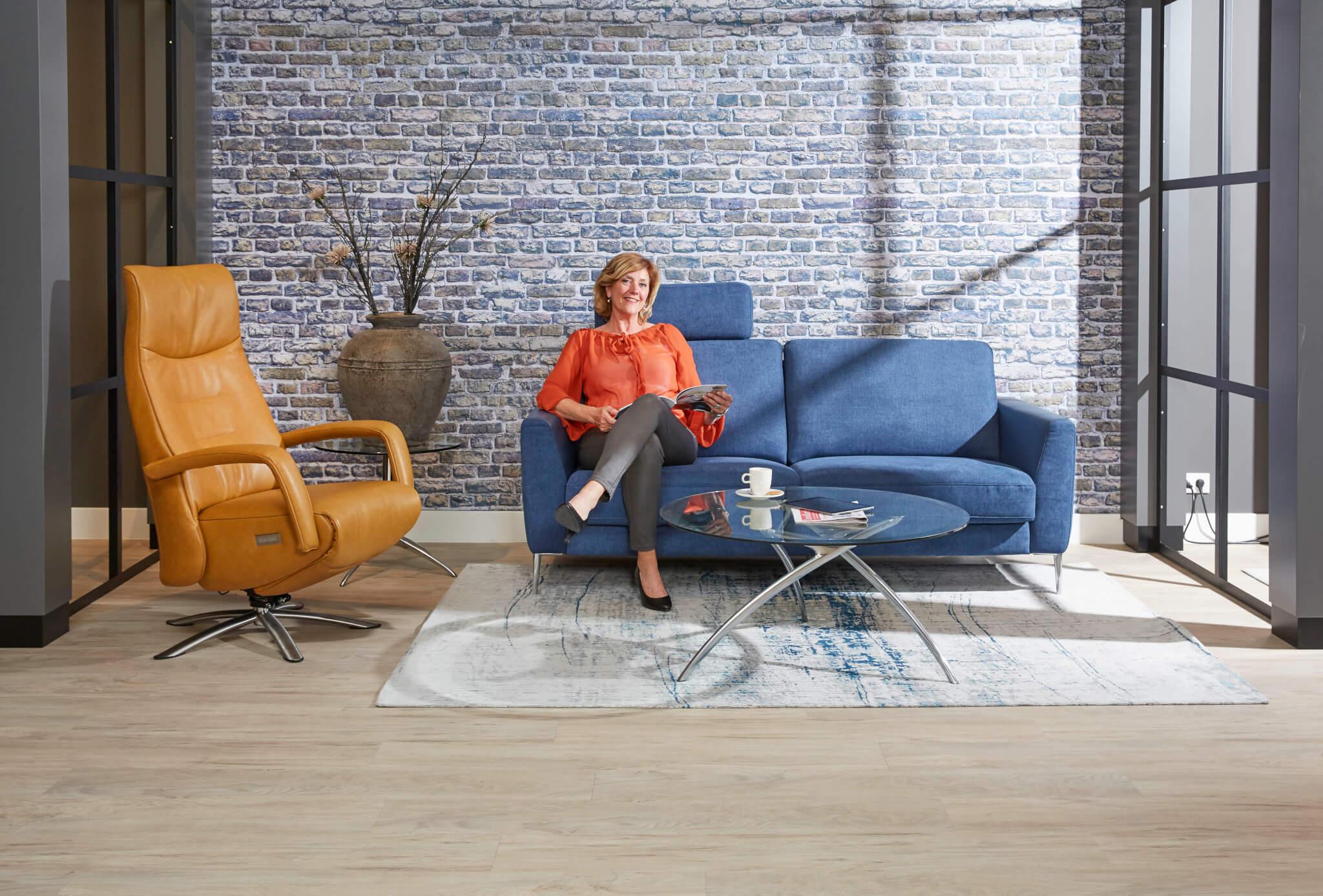Blauwe bank showroom met model 1